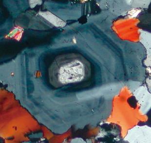 累帯構造を示す斜長石の偏光顕微鏡写真