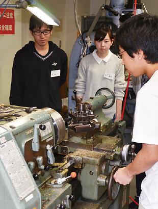 実験装置部品を製作する工作旋盤実習